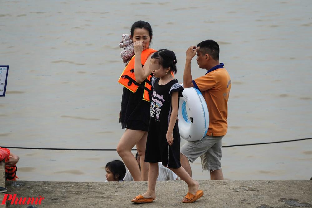 Nhiều em nhỏ cũng được phụ huynh đưa đi tắm sông bất chấp nguy hiểm.