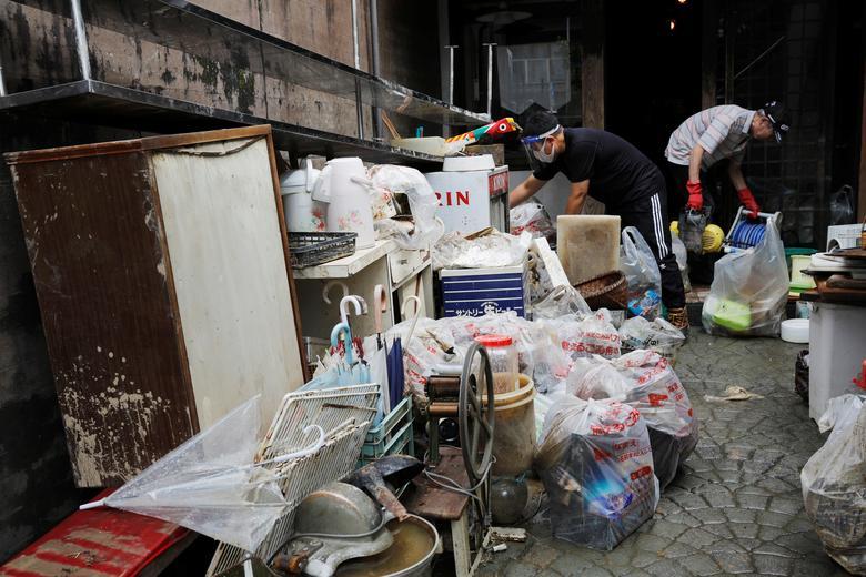 Một hộ gia đình tìm lại được đồ dùng và gói ghém cẩn thận để sử dụnglai5 sau khi ngôi nhà được dọn dẹp sạch