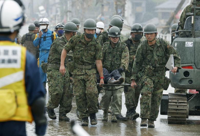 Các binh sĩ trong lực lượng phòng vệ Nhật Bản cứu người dân mắc kẹt để đưa đến bệnh viện, cơ sở y tế.