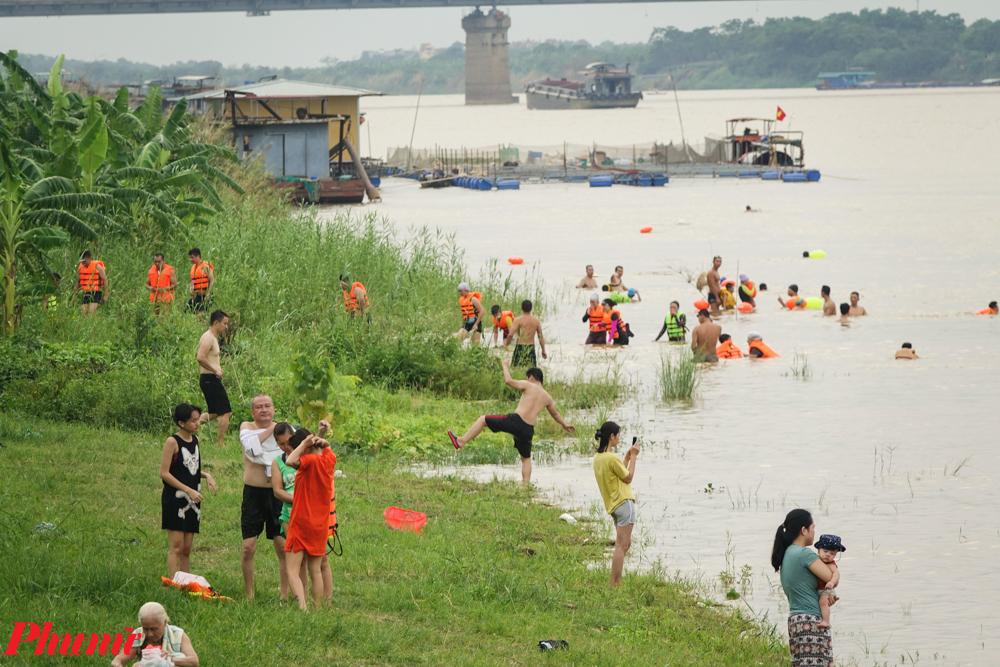 Tuy nhiên những tấm biển đó không ngăn cản được những người thích tắm sông, nhất là trong thời điểm Hà Nội nắng 39 độ C, với nhiệt độ thực tế trong đô thị có thể lên đến 41-42 độ C, kéo dài trong nhiều ngày qua.