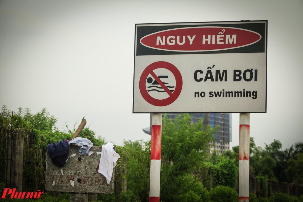 Chính quyền địa phương cũng cắm biển cấm bơi lội để cảnh báo nguy hiểm, do khu vực sông Hồng chảy rất siết lại có nhiều tàu bè qua lại.