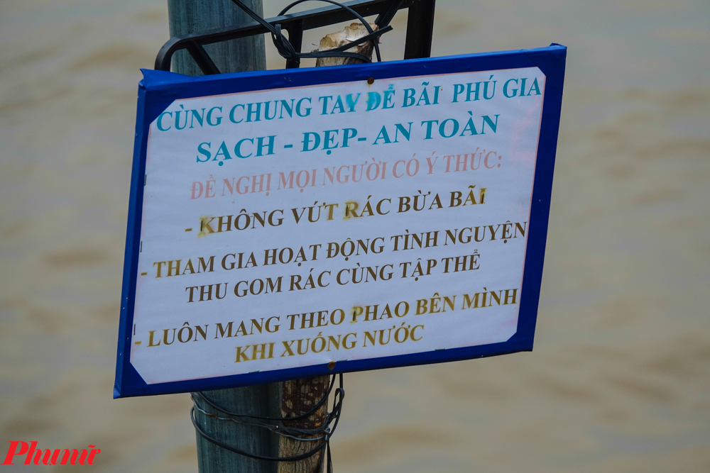 Do lượng người đến bãi biển tự phát này quá đông bất chấp cảnh báo. Một tấm biển yêu cầu phải mặc áo phao được dựng lên để đề phòng tai nạn sông nước.