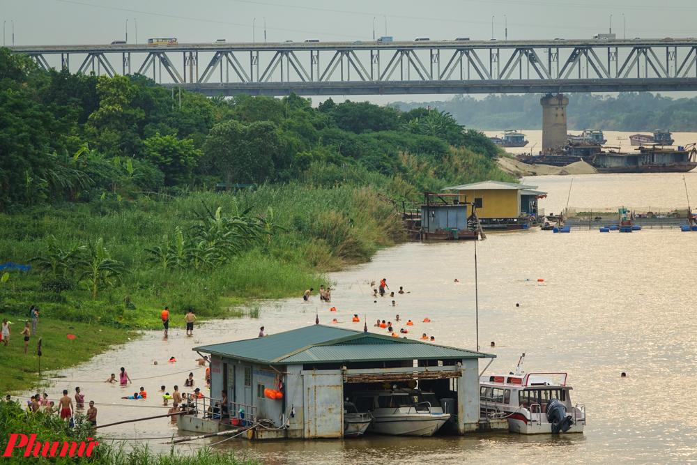 'Bãi biển này thực chất là một bãi cát dài thuộc phường Phú Thượng (quận Tây Hồ, TP. Hà Nội), nằm giữa cầu Thăng Long và cầu Nhật Tân. Từ nhiều năm nay, nó trở thành điểm đến của nhiều người dân mỗi khi nắng nóng kéo dài.