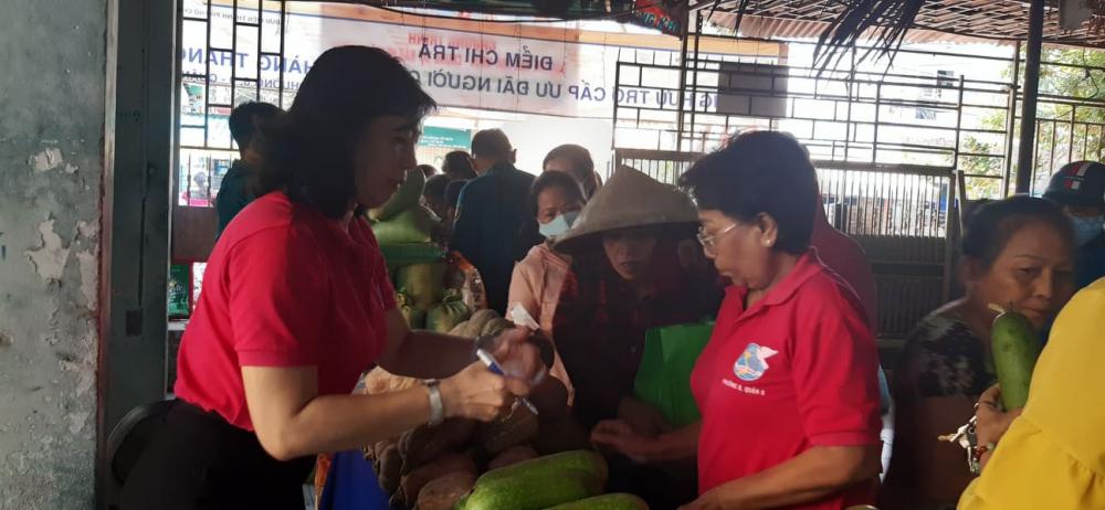 Các cán bộ Hội phụ nữ phường 8 đã chuẩn bị cho phiên chợ 0 đồng hôm nay từ gần một tháng trước.
