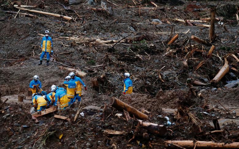 Cảnh sát tìm kiếm những người mất tích trong đống đổ nát ở thị trấn Tsunagi, tỉnh Kumamoto. Cơ quan khí tượng Nhật Bản yêu cầu người dân cảnh giác cao độ vì nguy cơ sạt lở nghiêm trọng và mực nước dâng cao ở 59 con sông.