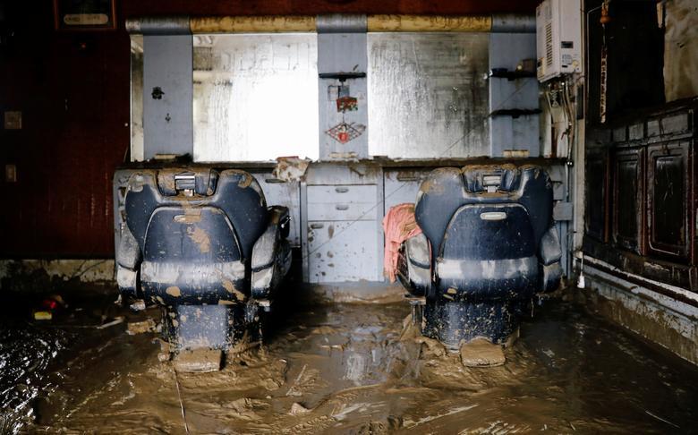 Một tiệm hớt tóc ở Hitoyoshi, tỉnh Kumamoto ngập tràn bùn đất sau khi nước rút. Hiện tại, có khoảng 4.000 người dân đang chờ đợi bùn đất dược dọn dẹp sạch sẽ để quay lại sinh sống.