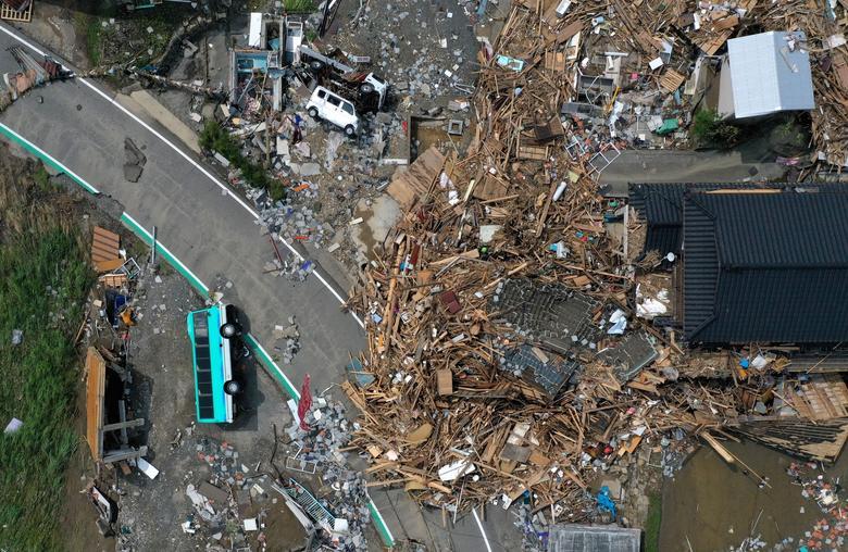 Một khu dân cư tan hoang sau khi thiên tai ập đến. Tại một số khu vực, hàng nghìn người dân phải chịu cảnh cô lập.