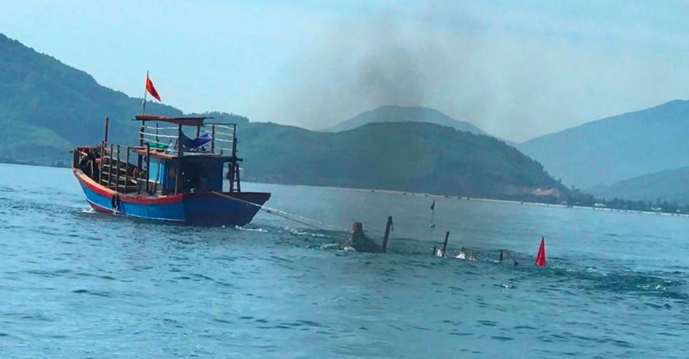 Lực lượng chức năng đang nỗ lực đưa chiếc thuyền câu mực của ngư dân  bị chìm vào bờ