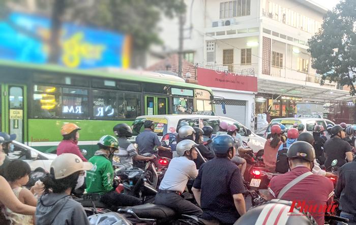 Xe buýt tại TP.HCM trong vòng vây xe cá nhân vào giờ cao điểm