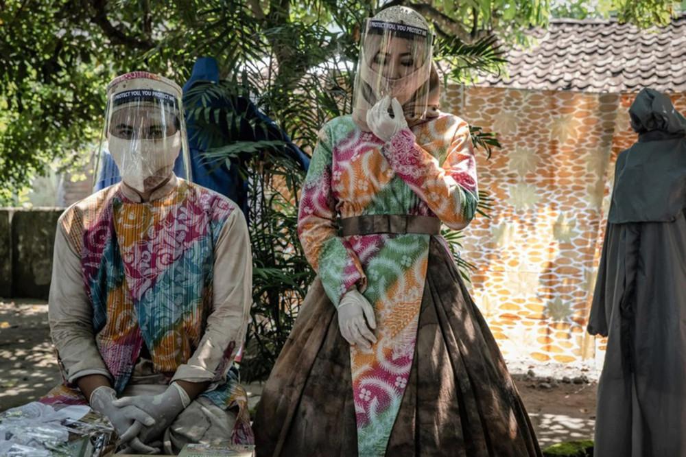 Yogyakarta, 8/5/2020: Chú rể Tunggul Pujangkoro và cô dâu Novi Rahmawati cùng đeo khẩu trang và tấm che mặt trong lễ cưới ở Văn phòng tôn giáo tại Banguntapan (Getty Images)