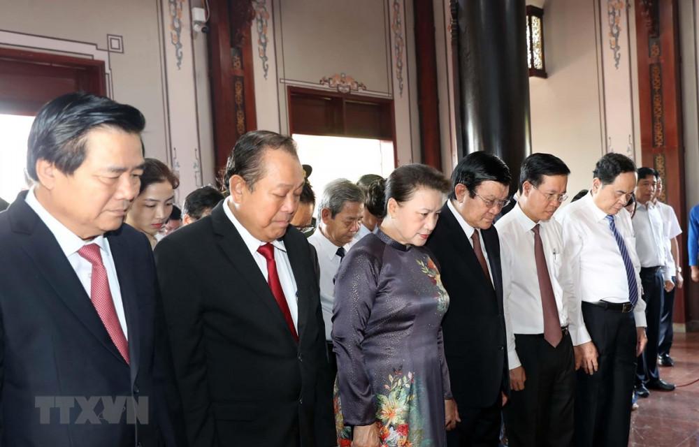 Chủ tịch Quốc hội Nguyễn Thị Kim Ngân và các đại biểu dâng hương tưởng niệm Luật sư Nguyễn Hữu Thọ - Ảnh: Trọng Đức