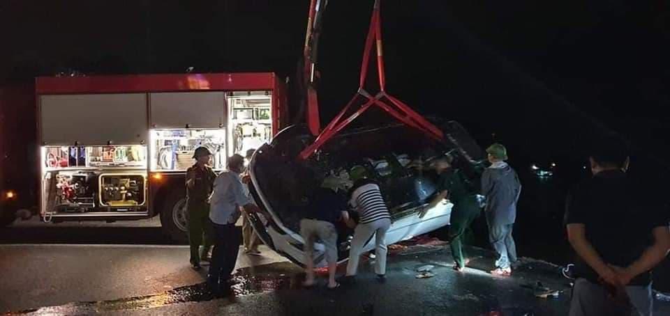 Chiếc xe gặp nạn được lực lượng chức năng kéo lên bờ.