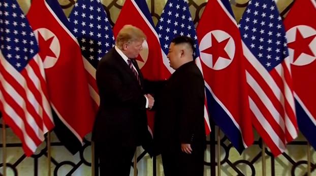 Tổng thống Mỹ Donald Trump bắt tay Chủ tịch Triều Tiên Kim Jong-un vào tối ngày 27/2/2019 tại Hà Nội.