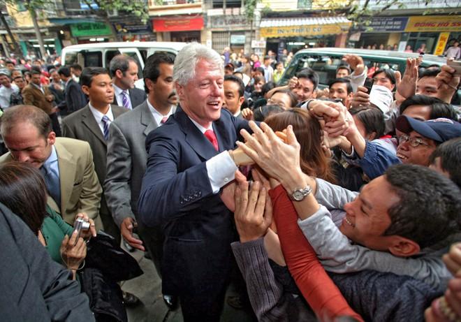 Tổng thống Mỹ - Bill Clinton - chào đón mọi người trên đường phố trong chuyến thăm ba ngày tới Việt Nam vào tháng 11/2000.