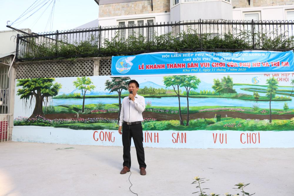 Ông Lê Công Phương - Bí thư chi bộ khu phố 1 - cho biết khu vực làm sân cầu lông trước đây là bãi rác gây ô nhiễm. Việc Hội xây dựng sân chơi này không chỉ góp phần tạo không gian xanh, sạch, đẹp cho khu phố mà còn là