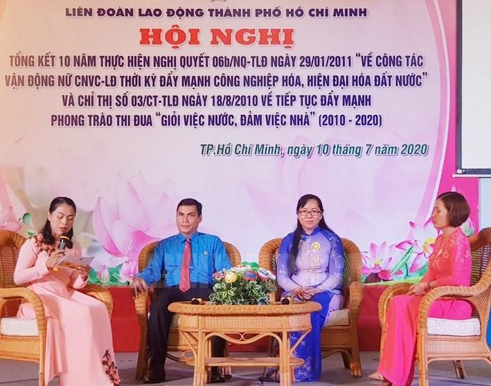Tại chương trình, các đại biểu cũng đã giao lưu cùng 3 đơn vị thực hiện tốt công tác vận động nữ công nhân viên chức là công đoàn ngành Y tế TP, công đoàn Công ty TNHH May thuê Hà Giang và công đoàn Công ty TNHH Giày dép Vĩnh Phong.