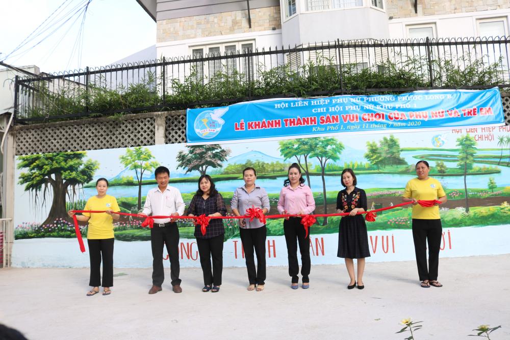 Bà Nguyễn Hạnh Thảo (thứ 3, từ trái qua) - Chủ tịch Hội LHPN quận 9 - cùng đại biểu cắt băng khánh thành sân cầu lông.