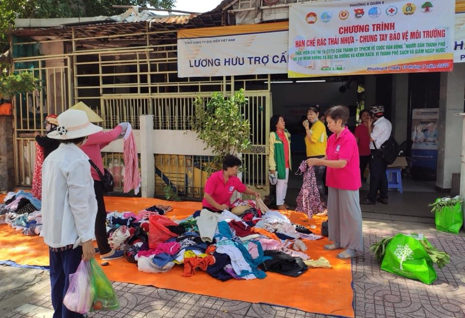 Trong buổi sáng này, không chỉ được giỏ quá, mà các dì chị còn có thể ghé quầy áo quần cũ tìm những bộ quần áo hợp với nhu cầu.