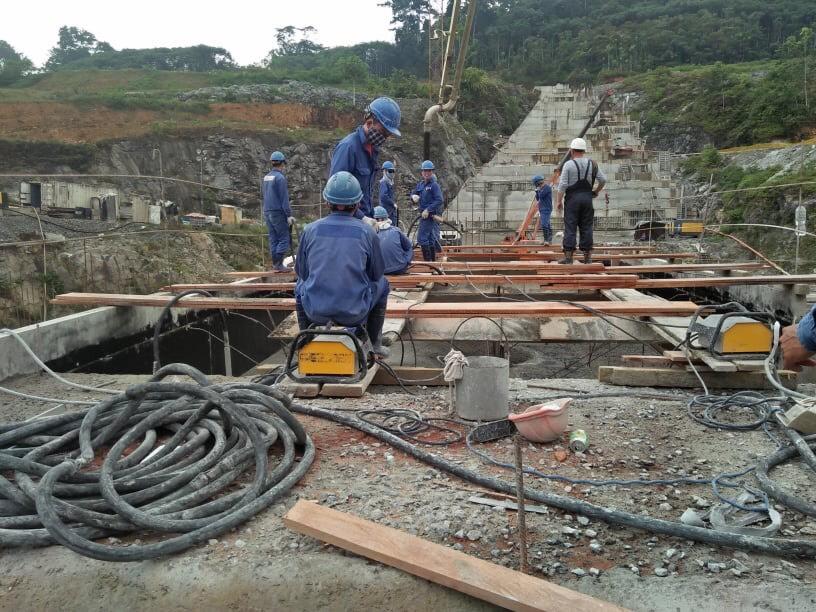 Công nhân Việt Nam tại công trường thuỷ điện Sendje, tỉnh Litorial, Guinea Xích đạo