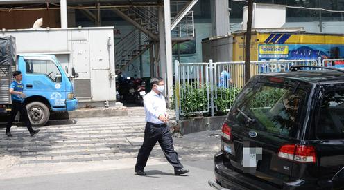 Ông Trần Trọng Tuấn đi ra từ nhà của mình ở chung cư H2, đường Hoàng Diệu, phường 8, quận 4 - nơi Cơ quan Cảnh sát điều tra đang tiến hành khám xét
