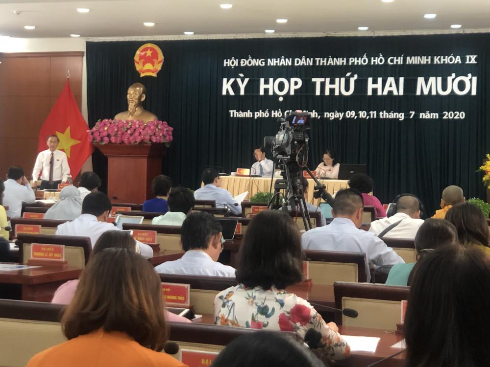 Ông Huỳnh Thanh Nhân - Giám đốc Sở Văn hóa - Thể thao TPHCM - trả lời chất vấn tại Kỳ họp thứ 20 HĐND TPHCM khóa IX sáng 11/7. Ảnh: Quốc Ngọc