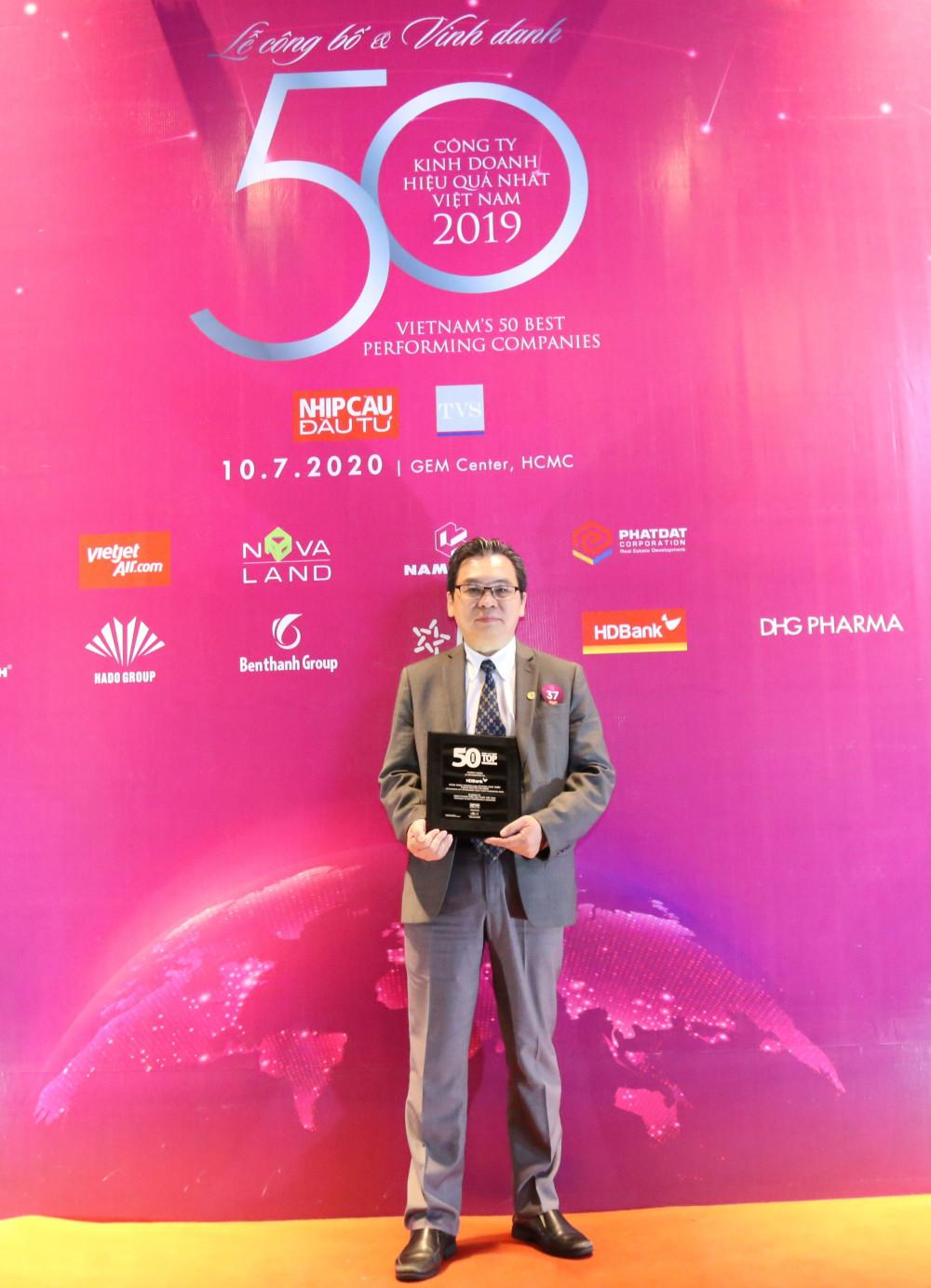 Ông Trần Hoài Phương - Giám đốc Khối KHDN, đại diện HDBank nhận danh hiệu Top những công ty kinh doanh hiệu quả nhất Việt Nam