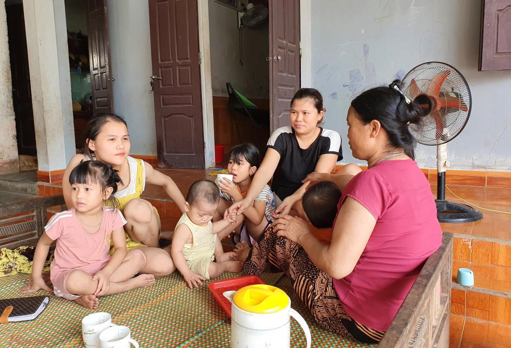 Bà Thao cùng các con, cháu vỡ òa khi biết những đứa con đang mắc kẹt ở