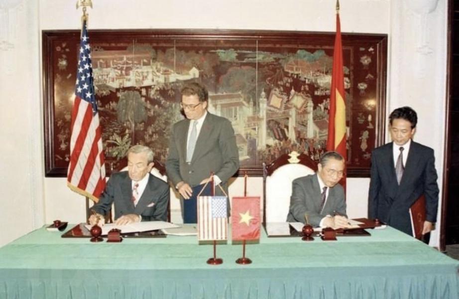 Năm 1995, Cựu Ngoại trưởng Mỹ - Warren Christopher - thăm Hà Nội, chính thức khai trương Đại sứ quán Mỹ. Việt Nam cũng mở đại sứ quán tại Washington vào năm 1995.