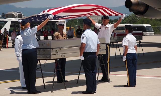 Lính Mỹ thực hiện nghi lễ hồi hương hài cốt binh lính Mỹ tại sân bay Đà Nẵng, ngày 17/9/2019.