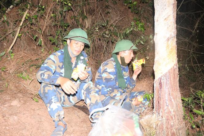 Lực lượng chức năng túc trực giữa đêm phòng đám cháy bùng phát trở lại