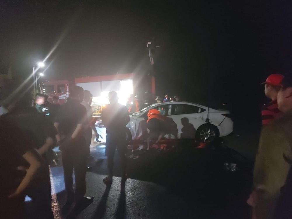 Chiếc ô tô xảy ra tai nạn được cơ quan chức năng giải cứu.