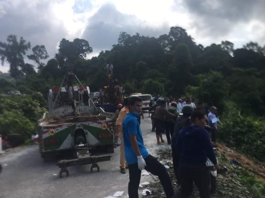 Lực lượng chức năng và người dân nỗ lực cứu các nạn nhân