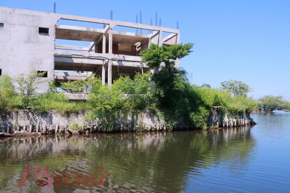 Phần bờ kè công trình lấn chiếm diện tích mặt nước
