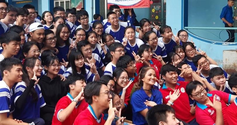 Hoa hậu H'Hen Niê trong vòng vây của các chiến sĩ tình nguyện hè Q. Phú Nhuận