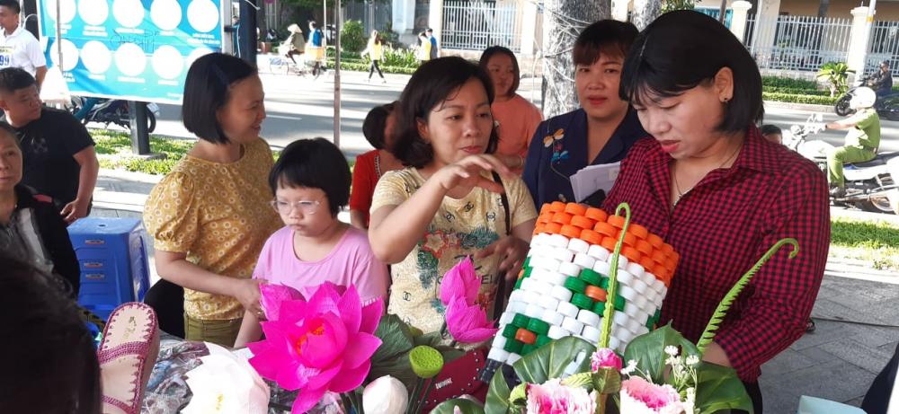 Bà Trần Thị Phương Hoa - Phó chủ tịch Hội LHPN TPHCM tham quan các gian hàng phụ nữ khởi nghiệp, sáng tạo tại ngày hội.