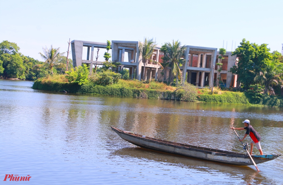 Trung tâm Tổ chức sự kiện Huế xưa-Huế nay với một khối bê tông đang xây dựng phá vỡ cảnh quang sông Hương