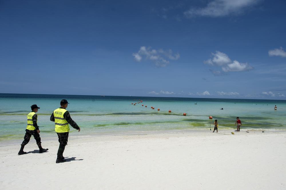 Cảnh sát tuần tra bãi biển trên đảo Boracay của Philippines - Ảnh: AFP/Getty Images
