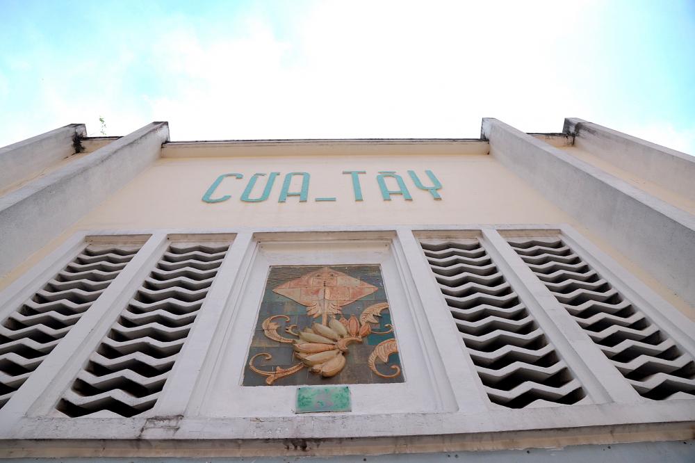 Mỗi cửa vào chợ Bến Thành đều có những bức phù điêu thể hiện món hàng được bán theo từng khu vực