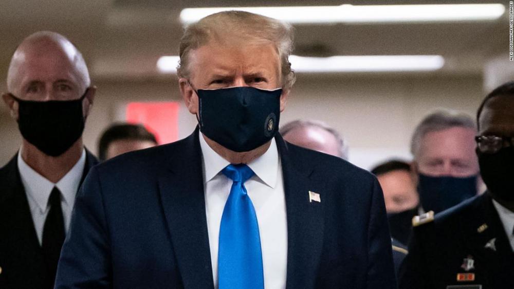 Tổng thống Trump đeo khẩu trang đến thăm các quân nhân bị thương đang điều trị tại Bệnh viện Walter Reed - Ảnh: CNN