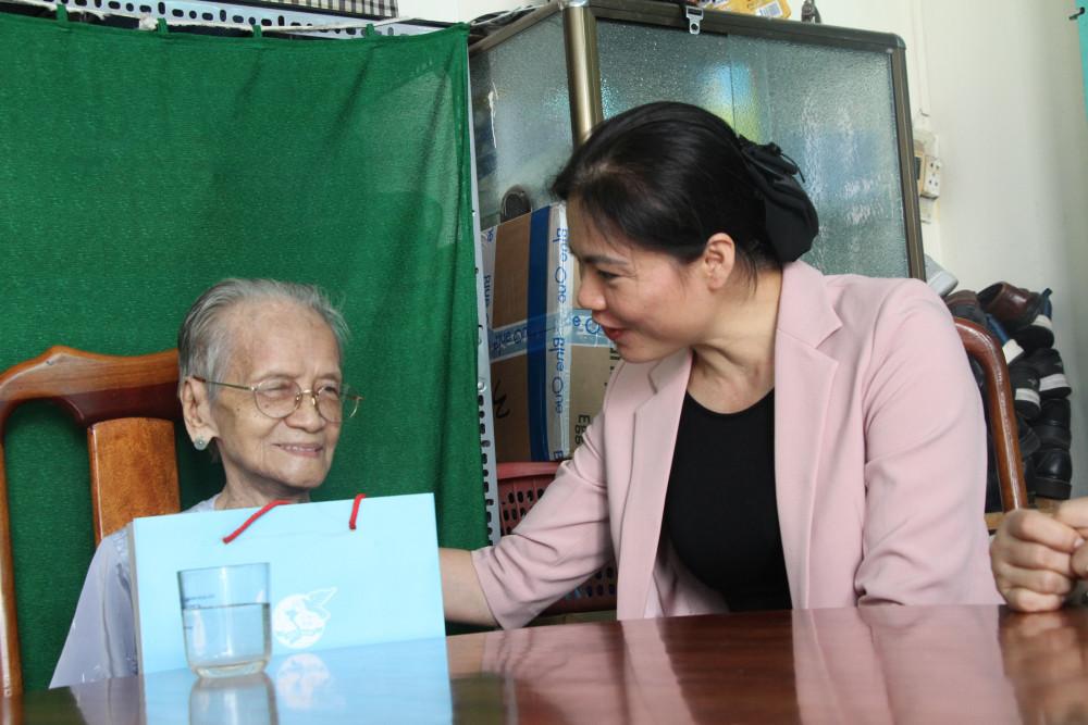 Chủ tịch Hội LHPN Việt Nam Hà Thị Nga, thăm hỏi sức khỏe Mẹ VHAH Ngô Thị Quýt