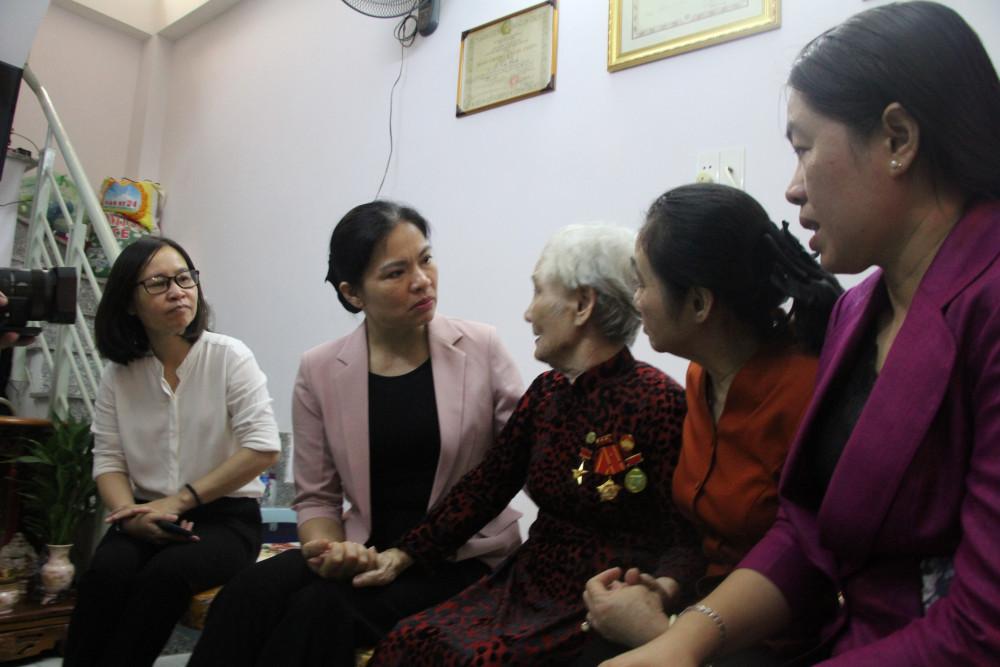 Lãnh đạo Hội LHPN Việt Nam thăm hỏi Mẹ VHAH Nguyễn Thị Cách.
