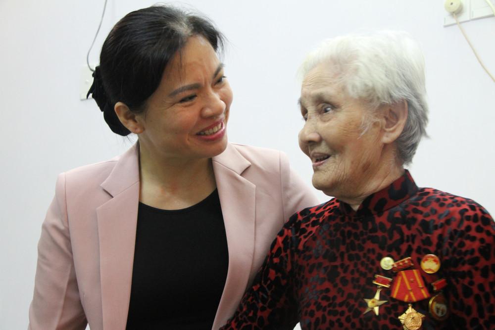 Chủ tịch Hội LHPN Việt Nam Hà Thị Nga thăm hỏi Mẹ VHAH Nguyễn Thị Cách.