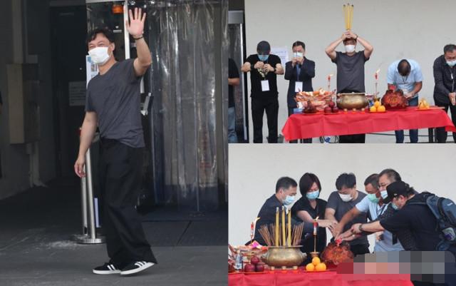 Trần Dịch Tấn thực hiện các nghi lễ trước khi biểu diễn
