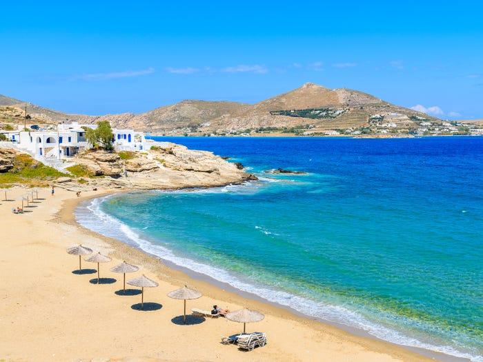 Một trong những bãi biển trên dảo Paros