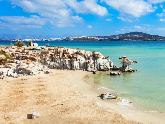 Bãi biển có sức hấp dẫn đặc biệt với vách đá nhều hình dạng và làn nước trong veo
