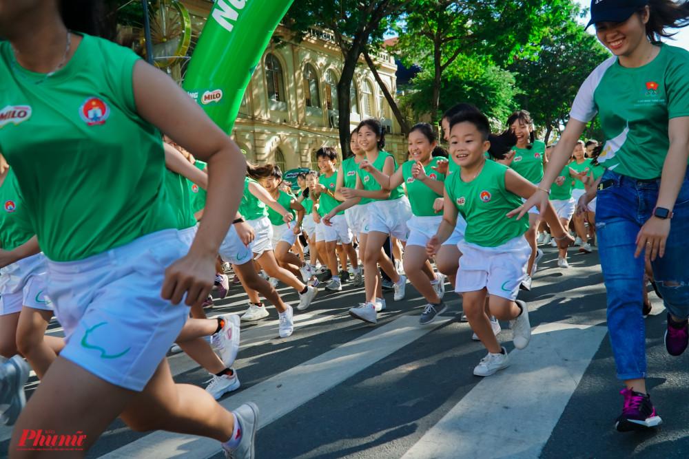 Các em nhỏ bắt đầu tham gia phần chạy của mình