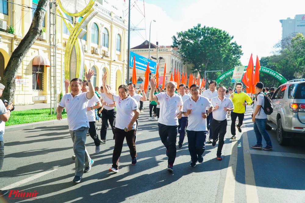 Các lãnh đạo thành phố, Sở, ngành chào các cổ động viên trên đường chạy