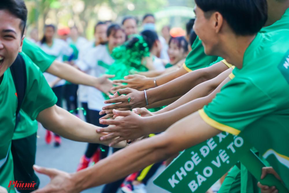 Những cái đập tay tiếp thêm động lực cho vận động viên