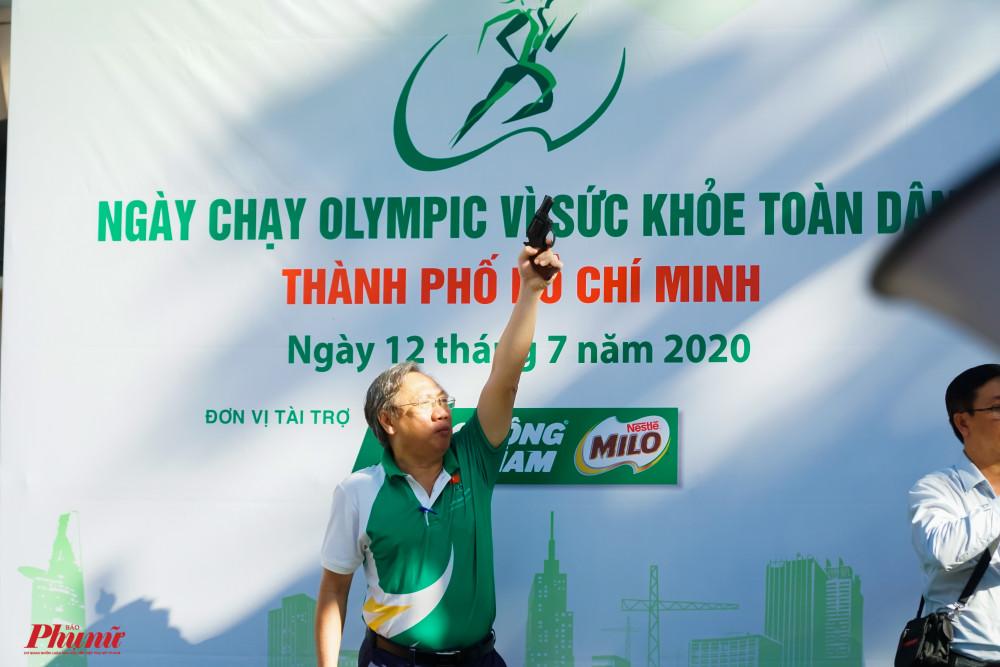 Ông Mai Bá Hùng (Phó Giám đốc Sở VH-TT TPHCM) bắn súng lệnh, ra hiệu xuất phát cho các vận động viên tiếp theo