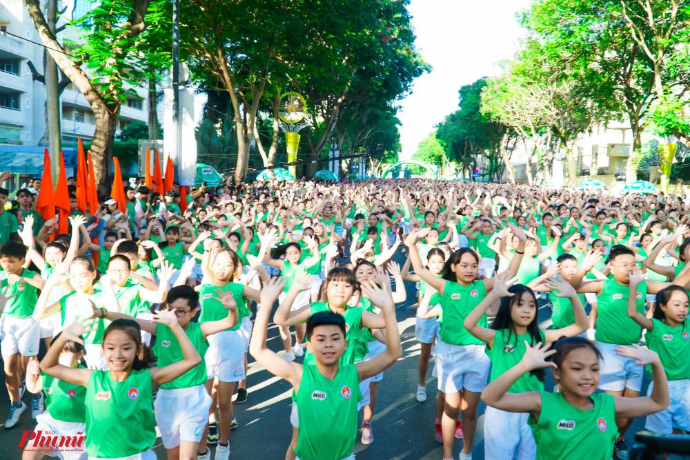 Màn đồng diễn của 2.000 học sinh mang thông điệp đề cao vai trò của thể dục thể thao trong việc bảo vệ, nâng cao sức khỏe, xây dựng lối sống khỏe mạnh và năng động cho trẻ em cũng như cộng đồng.